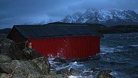 Dette bildet er tatt like ved Svolvær Flyplass. Båtnaustet ligger normalt flere meter opp fra havet.